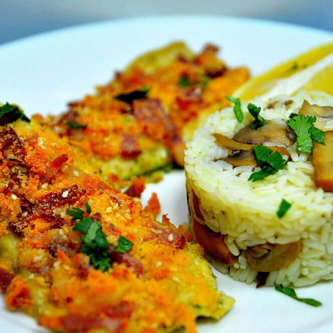 MeniuFamilie.ro by Elegant Catering - Păstrăv file în crustă crocantă de bacon cu sos de roșii și boia de ardei dulce 1kg