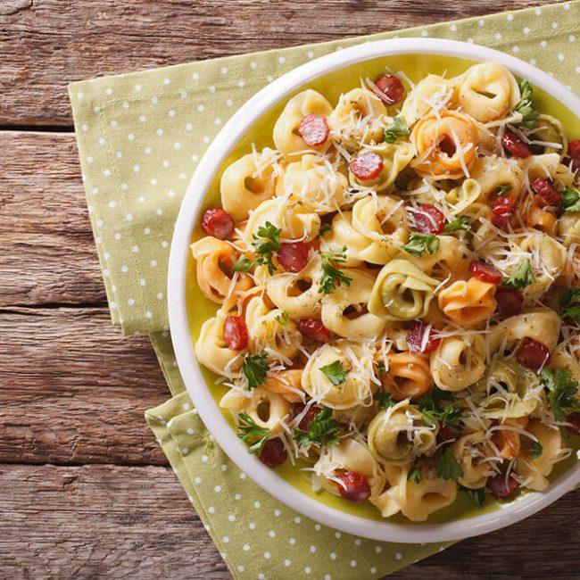 MeniuFamilie.ro by Elegant Catering - Salată cu tortellini, creveți ușor picanți, măsline și avocado