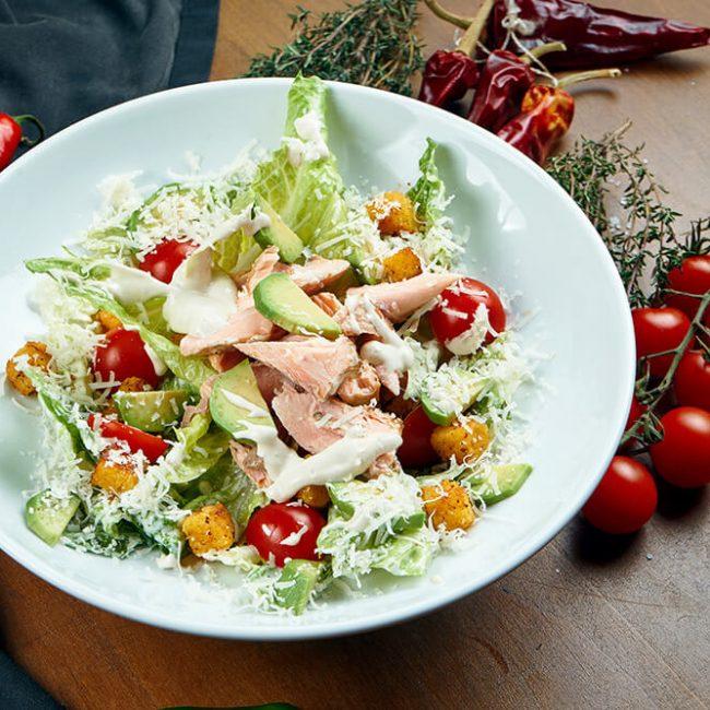 MeniuFamilie.ro by Elegant Catering - Salată Caesar cu ou și somon afumat
