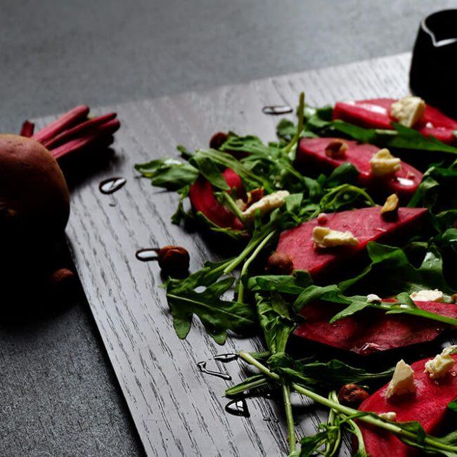 MeniuFamilie.ro by Elegant Catering - Salată de sfeclă roșie și mango cu brânză moale de capră