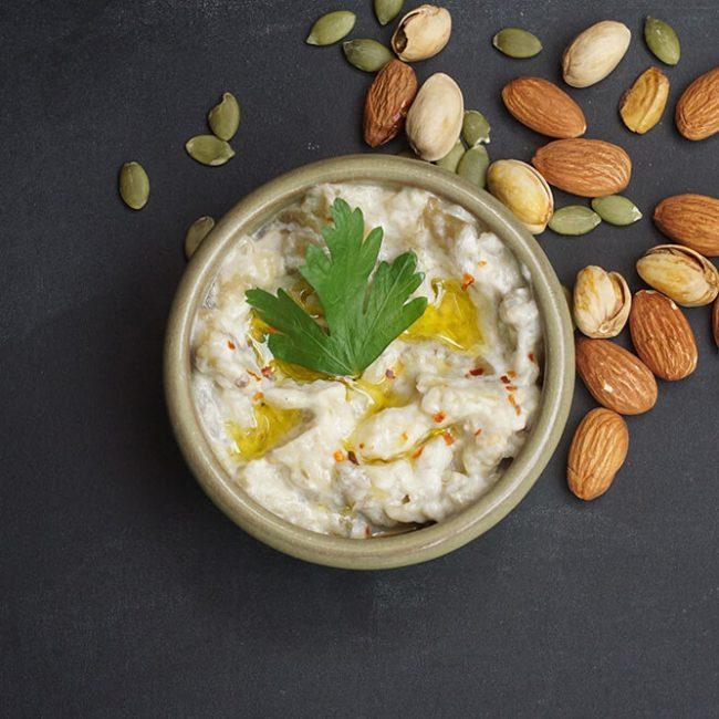 MeniuFamilie.ro by Elegant Catering - Salată de humus cu ardei și nuci, cu bastonașe de legume